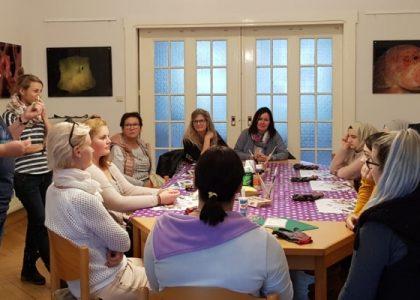 Mädchen von KAUSA und MIA sind zusammen kreativ – in Cottbuser Lila Villa
